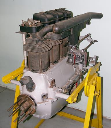 De Havilland Four-Cylinder Inline Piston Engine First Run in 1927